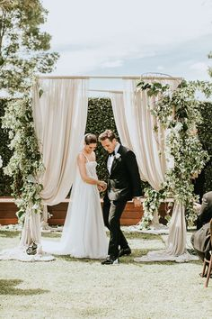 Get ready to swoon over all of the elegant green and white details from this gorgeous Australia wedding | Image by The Bold Americana