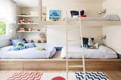En ocasiones no queda más remedio que los pequeños de la casa tengan que compartir dormitorio. Pero lejos de lo que puede parecer, esto no tiene porqué ser un problema. Prueba de ello, os damos una serie de pautas para la zona de descanso, la zona de juegos y la zona de estudio de manera que podáis sacar el máximo partido al espacio y podáis crear un espacio funcional, cómodo y bonito.
