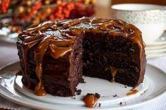 Sjokoladekake og hjemmelaget karamell – kan det bli bedre?!    Denne sjokoladekaken består av myke, fantastisk gode sjokoladekakebunner som fylles med herlig, mørk sjokoladekrem og flytende karamell. En liten klype havsalt i karamellen smaker nydelig, og gjør at karamellen balanserer ekstra godt med den søte sjokoladekaken.    Kaken blir høy, flott og fristende! Ja, dette er virkelig en kake for livsnytere!    Oppskrift og foto: Kristine Ilstad/Det søte liv.