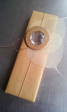 gift wrap - easy - natural: string, sceletal leaves, cardboard circle & rhinestone  -  http://la-couronne.de/