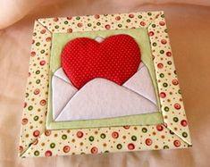 Caixa com Patchwork Embutido Valentine Crafts, Valentines, Biscuit, Felt Fabric, Quilting Tutorials, Graphic, Hobbit, Pot Holders, Projects To Try
