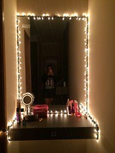 Improvisei um camarim no cantinho do meu quarto para trazer luz para minha penteadeira de maquiagem! Ficou minha cara! Deu vida ao meu quarto!!!! Estou muito feliz!!!