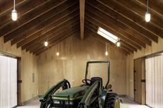 Elk Valley Tractor Shed / FIELDWORK Design & Architecture toit possible avec uréthane giclée
