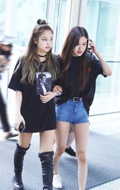 Beauty & Monster - Exo & Blackpink ff {Baekhyun x Jennie} Tumblr Outfits, Kpop Outfits, Airport Outfits, Blackpink Fashion, Korean Fashion, Fashion Looks, Fashion Outfits, Korean Airport Fashion, Baekhyun