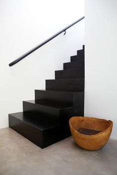 5 originele manieren om een saaie trap op te vrolijken - Eigen Huis en Tuin : Deze zwarte trap valt echt op in je hal Interior Stairs, Home Interior, Interior Architecture, Interior And Exterior, Interior Decorating, Interior Design, Decorating Games, Black Staircase, Escalier Design