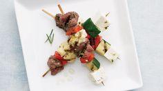 Une recette de satés à l'agneau et aux légumes présentée sur Zeste et Zeste.tv