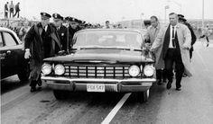 Policías y agentes de seguridad rodean el automóvil que conduce a Fidel Castro a la salida del aeropuerto internacional Idlewild, en Nueva York (hoy John F. Kennedy) la caravana integrada por autos y 20 ómnibus alcanzaba más de 17 cuadras y demoró 2 horas en llegar a la ciudad.