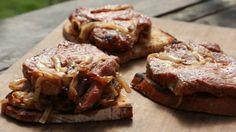 Šťavnatá krkovička z grilu, pořádná porce orestované cibulky a čerstvý chleba. Jednoduché, rychlé a výsledek naprosto dokonalý. Barbecue, Steak, Food And Drink, Beef, Fresh, Crickets, Meat, Barrel Smoker, Bbq