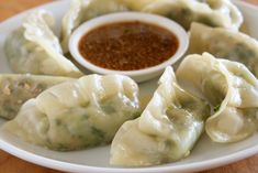Hawaiian dumplings of bean sprouts, minced meat, kimchi, scallions, ses… Easy Healthy Recipes, Asian Recipes, Easy Meals, Ethnic Recipes, Hawaiian Recipes, Chili Sauce, Mince Meat, Best Meat, Hot Soup