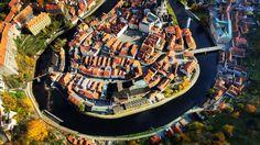 """Martin Kunzendorfer no se dedica a la fotografía profesional; es conductor de autobuses turísticos en la República Checa. """"Český Krumlov es el destino favorito de los turistas"""", asegura. """"Un día pensé que quería ver esta maravillosa ciudad a vista de pájaro. Esa fue una de las razones que me hizo comprar un dron DJI Phantom 3 y realizar esta fotografía"""", añade. Desde las alturas se entiende por qué Český Krumlov es una visita imprescindible del sur de Bohemia. Su casco histórico, un…"""