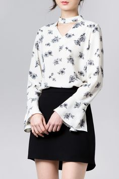 Flower choker blouse- like that the v is not too low and that the choker is thick to look purposeful. Like that it is paired with a classic floral to mix styles. Casual Outfits, Cute Outfits, Fashion Outfits, Womens Fashion, Style Floral, Minimal Fashion, Indian Wear, Korean Outfits, Beautiful Outfits