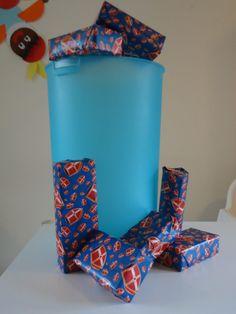 Pietengym/schoorsteen: Eenvoudig een succes verzekerd: Een wasmand dient als schoorsteen. Lege dozen inpakken.. ( als je dozen inpakt terwijkl de kinderen toekijken .. is de kans op het openscheuren van de pakjes kleiner. Natuurlijk wel vertellen dat dit nepcadeautjes zijn!).