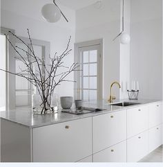 It is easier than you think to take your kitchen from builder grade to gorgeous on a budget! These kitchen makeover secrets will save you money and give you great ideas! Living Room Interior, Interior Design Kitchen, Interior Modern, Kitchen Dining, Kitchen Decor, Brass Kitchen, Kitchen Ideas, Cocinas Kitchen, Minimal Kitchen