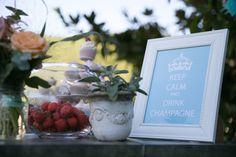 keep calm and drink champagne, mariage, wedding, mariage gourmand, composition florale, fraises, pots, vases, fleurs oranges, décoration mariage, idée mariage, idée décoration