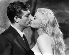 Anita Ekberg i Marcello Mastroianni u Fellini La Dolce Vita, Jérôme Seydoux-Pathé Kolekcija Zaklada © 1960 La Dolce Vita - Riama Film - SNPathé kino - Film Gray / identitet autora pridržana. Marcello Mastroianni, Anita Ekberg, Hollywood Stars, Classic Hollywood, Old Hollywood, Hollywood Couples, Julie Newmar, Ansel Adams, Joan Crawford