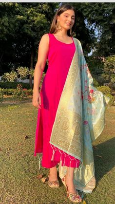 Party Wear Indian Dresses, Pakistani Dresses Casual, Designer Party Wear Dresses, Dress Indian Style, Indian Wedding Outfits, Pakistani Dress Design, Indian Outfits, Indian Clothes, Silk Kurti Designs
