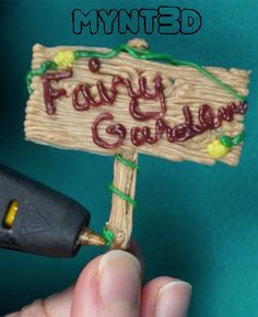 DIY Fairy garden sign made with a printing pen using PLA wood filament Earth Day Projects, 3d Printing Diy, 3d Pen, Diy Garden Projects, 3d Projects, Garden Signs, 3d Printer, Stencils, Template