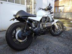 Moto avec la selle mono montée