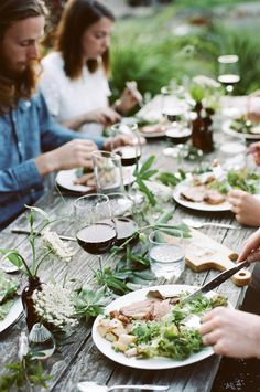farm-to-table dinner : darling magazine Beautiful Farm, Dinner With Friends, Le Diner, Partys, Al Fresco Dining, Outdoor Dining, Rustic Outdoor, Food Styling, Table Settings