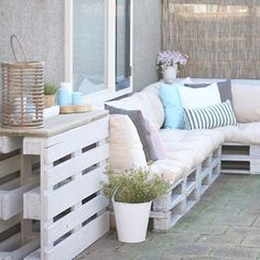 Domain Default page Pallet Couch Outdoor, Pallet Lounge, Pallet Bank, Iron Patio Furniture, Outdoor Furniture Sets, Wood Pallet Planters, Diy Patio, Cool Apartments, Country Farmhouse Decor