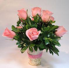 María:  Arreglo en 12 rosas rosadas con base vintage ideal para una bebita. Solicítalo ya: Teléfono +571 2159030 o al correo electrónico clientes@lapetala.com Precio $ 110.000