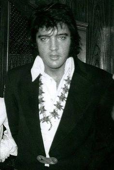 Bildergebnis für Most Rare Candid Elvis 1973 Elvis Presley Funeral, Elvis Presley Priscilla, Elvis Presley Photos, Graceland, Tom Selleck Movies, Rare Elvis Photos, Rare Photos, Vintage Photos, Elvis Aloha From Hawaii