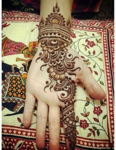 Simple Mehendi designs to kick start the ceremonial fun. If complex & elaborate henna patterns are a bit too much for you, then check out these simple Mehendi designs. Palm Mehndi Design, Mehndi Designs Front Hand, Latest Arabic Mehndi Designs, Mehndi Designs Book, Mehndi Design Pictures, Modern Mehndi Designs, Mehndi Designs For Girls, Mehndi Designs For Beginners, Beautiful Henna Designs