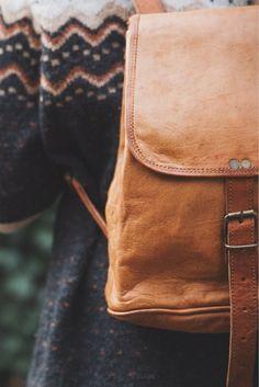 """Der kleine Rucksack für unterwegs. Mit """"Emerson"""" steht kleinen Stadtausflügen nichts mehr im Weg. Der Rucksack aus natürlich gegerbten Ziegenleder überzeugt durch sein kompaktes Platzangebot und sein tolles Vintage-Design."""