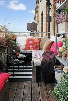 Pour aménager différentes zones d'un balcon tout en longueur : on peut utiliser l'angle pour l'espace détente et installer une étagère ouverte sur la hauteur, peu encombrante, pour créer un potager en plaçant des plantes et des herbes aromatiques
