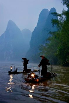 Fishermen on the Li river, Guilin. The Cormoran fishermen and misty hills of southern China are one of the most famous impressions of the Middle Kingdom. Guilin, Beautiful World, Beautiful Places, Beautiful Pictures, Places Around The World, Around The Worlds, Zhangjiajie, In China, China Pics