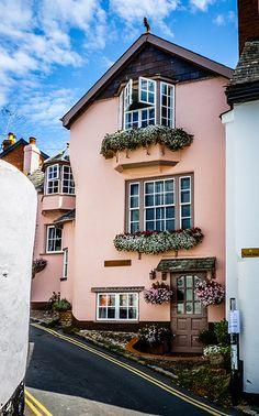 Pink house in Topsham, Devon England Exterior Colors, Exterior Paint, Interior And Exterior, Cottage Exterior, Wabi Sabi, Beautiful Homes, Beautiful Places, Devon England, Pink Houses