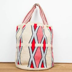 Elbolso Guanábananos invita a viajar con cada colección. Este bolso ha sido creadoa mano en crochet por los artesanos del pueblo Wayuu en Colombia. Acabado con dos pompones, y una medallita en bronce con nuestro nombre de marca y las palabras BE POSITIVE.