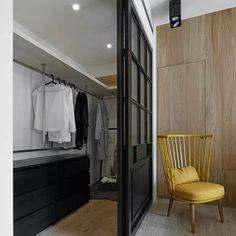 Мини-гардеробная – хорошая альтернатива шкафу в спальне. #гардеробная_интерьер #гардеробная #шкаф #спальня #интерьерспальни #дизайнспальни #стул #жетлый #раздвижныедвери #интерьер #дизайн #дизайнинтерьера #design #interior #interiorpro