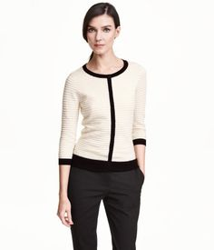 Feinstrick-Cardigan aus weicher Baumwoll- und Modalmischung. Der Cardigan hat Knöpfe vorn und 3/4-Arm.