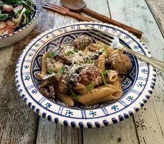 Pasta med kødboller af gris og portobellosvampe i flødesovs, samt salat med fennikel og radiser