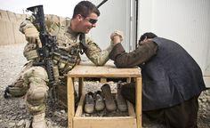 Braccio di ferro USA vs Afghanistan. In senso letterale. La foto del giorno. (Reuters/Andrew Burton)
