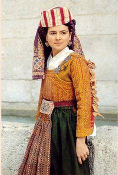 Il costume tradizionale delle donne scannesi Folk Clothing, Historical Clothing, Costumes Around The World, Europe Fashion, Folk Costume, Flower Fashion, Traditional Dresses, Costume Design, Design Model