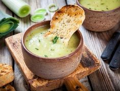 5 Delicious and Effective Diet Soups - Step To Health These recipes for diet soups are sure to help you lose weight while fighting off the cold. Discover 5 healthy soup recipes to help you lose weight. Healthy Soup Recipes, Vegan Recipes, Slow Cooker Recipes, Cooking Recipes, Batch Cooking, Fat Burning Soup, Leek Soup, Potato Soup, Vegetarian Recipes
