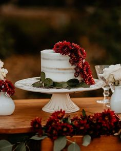 Simplicity is a rustic bride's dream. A one tier wedding cake (this one is filled with strawberries!) with a dose of seasonal flowers is simply exquisite. See more rustic wedding cake, decor, and dress ideas at rusticweddingchic.com 📸: @blv_images via @bad_boss_bride Wedding Cakes One Tier, Country Wedding Cakes, Wedding Cake Rustic, Wedding Cakes With Flowers, Wedding Cake Designs, Wedding Desserts, Chocolate Drip Cake, Two Tier Cake, Wedding Cake Inspiration