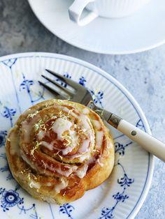 Prøv sneglen i en ny version, hvor kanelen er skiftet ud med citronremonce, der er friskt og lækkert. Citronglasuren giver sneglene endnu mere friskhed og sødme!