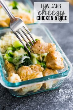 Low Carb Cheesy Chicken And Rice Is A Delicious Low Carb Lunch Option Pan-Fried Chicken Breast And Broccoli Are Smothered With Cheese And Served Over Cauliflower Rice. Filling But Light With Only 5 G Carbs And 43 G Of Protein. Via Sweetpeasaffron Low Carb Meal Plan, Low Carb Lunch, Lunch Meal Prep, Healthy Meal Prep, Healthy Eating, Fried Chicken Breast, Pan Fried Chicken, Cheesy Chicken, Keto Chicken