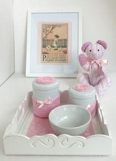 kit de higiene para bebê. <br>- 1 bandeja com dois potes e uma tigela. <br>Bandeja em MDF pintada de branco, com fundo crochê e vidro. <br>Potes em louça com detalhes em crochê.