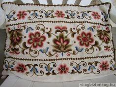 Hódmezővásárhelyi hímzés Díszpárna Embroidery Patterns, Hand Embroidery, Hungarian Embroidery, My Roots, Folk Costume, My Heritage, Hungary, Folk Art, Art Decor