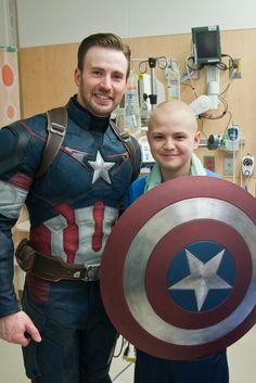Chris Pratt e Chris Evans (vestido de Capitão América!) visitam crianças em hospital