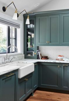We Want These Green Kitchen Cabinets Stat If there is anyone who can predict trends, or make trends happen, it's Emily Henderson. Here the designer proves it again with a gorgeous green kitchen. Home Decor Kitchen, New Kitchen, Home Kitchens, Country Kitchens, Kitchen Black, Modern Kitchens, Luxury Kitchens, Fitted Kitchens, Tuscan Kitchens