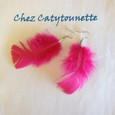 Grandes boucles d'oreille avec plume rose fushia