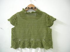 Dang! It is done. I am hooked by crochet at the moment, I guess it is because crochet is so much faster then knitting. This Bolero is so ni...