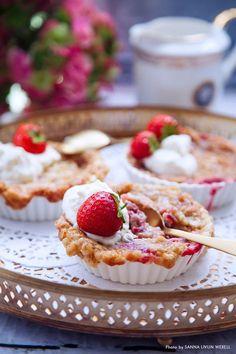 Knäckig rabarber- och jordgubbspaj med en klick grädde och färska jordgubbar till är en perfekt dessert att slänga ihop snabbt när du vill göra något gott om du har mycket rabarber hemma. Går utmärkt att frysa in och tina upp i micron senare när du får gäster. #dessert #paj #rabarber #jordgubbar