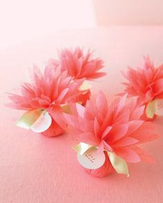 DIY Paper Dahlia Flowers - party decoration ~ From Martha Stewart Weddings Favors Do It Yourself Wedding, Diy Wedding Favors, Wedding Ideas, Wedding Pins, Wedding Photos, Ribbon Wedding, Wedding Souvenir, Wedding Candy, Wedding Tables