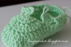 First of all, I need to announce the winner of my pattern. Thank you everyone who entered the giveaway by leaving comments . Crochet Baby Boots Pattern, Crochet Baby Booties Tutorial, Baby Shoes Pattern, Knit Baby Booties, Crochet Kids Hats, Booties Crochet, Crochet Bebe, Crochet Baby Shoes, Crochet Slippers